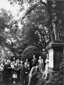 Statue of Feargus O'Connor, Arboretum, 1955 Centenary celebrations: Wreath laid by Mr Charlesworth, Sec. of Nottingham Trades Council and Nottingham Hosiery Finishers Assocication Courtesy of Nottingham Evening Post and www.picturethepast.org.uk
