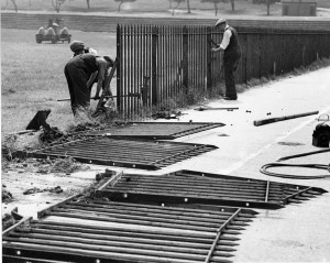 Iron railings removal, The Forest, 1940 Courtesy of Nottingham Evening Post and www.picturethepast.org.uk